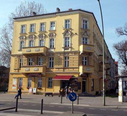 Gegenüber an der Ecke Schulzestraße