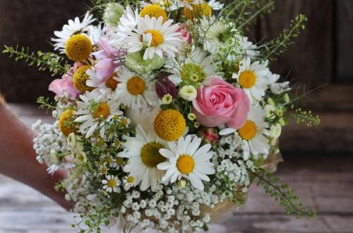 Brautstrauß wiesenartig, pastellfarben, rund gebunden