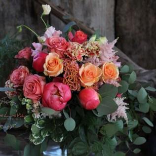 bunter,kräftiger Blumenstrauß in Koralle -apricot mit Astilbe, Pfingstrosen,