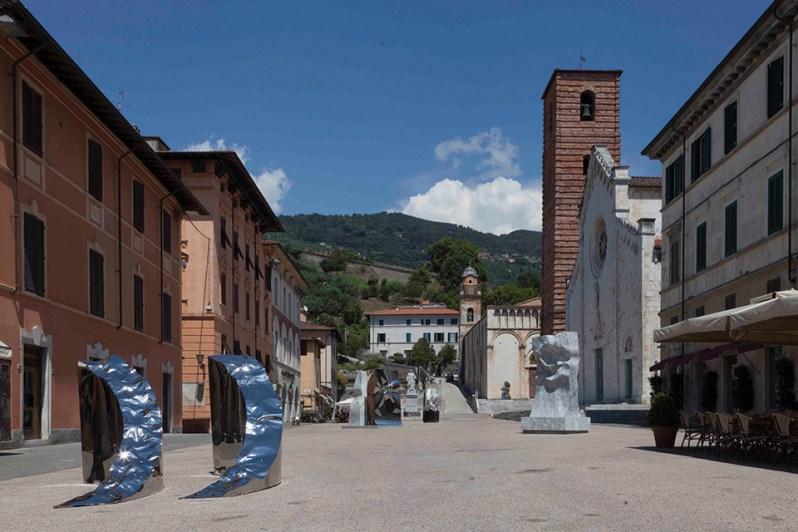 Helidon Xhixha exhibition on the main square of Pietrasanta, credits continiartuk