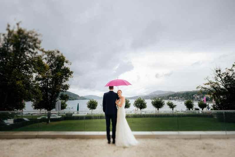 regen-hochzeit-brautpaar