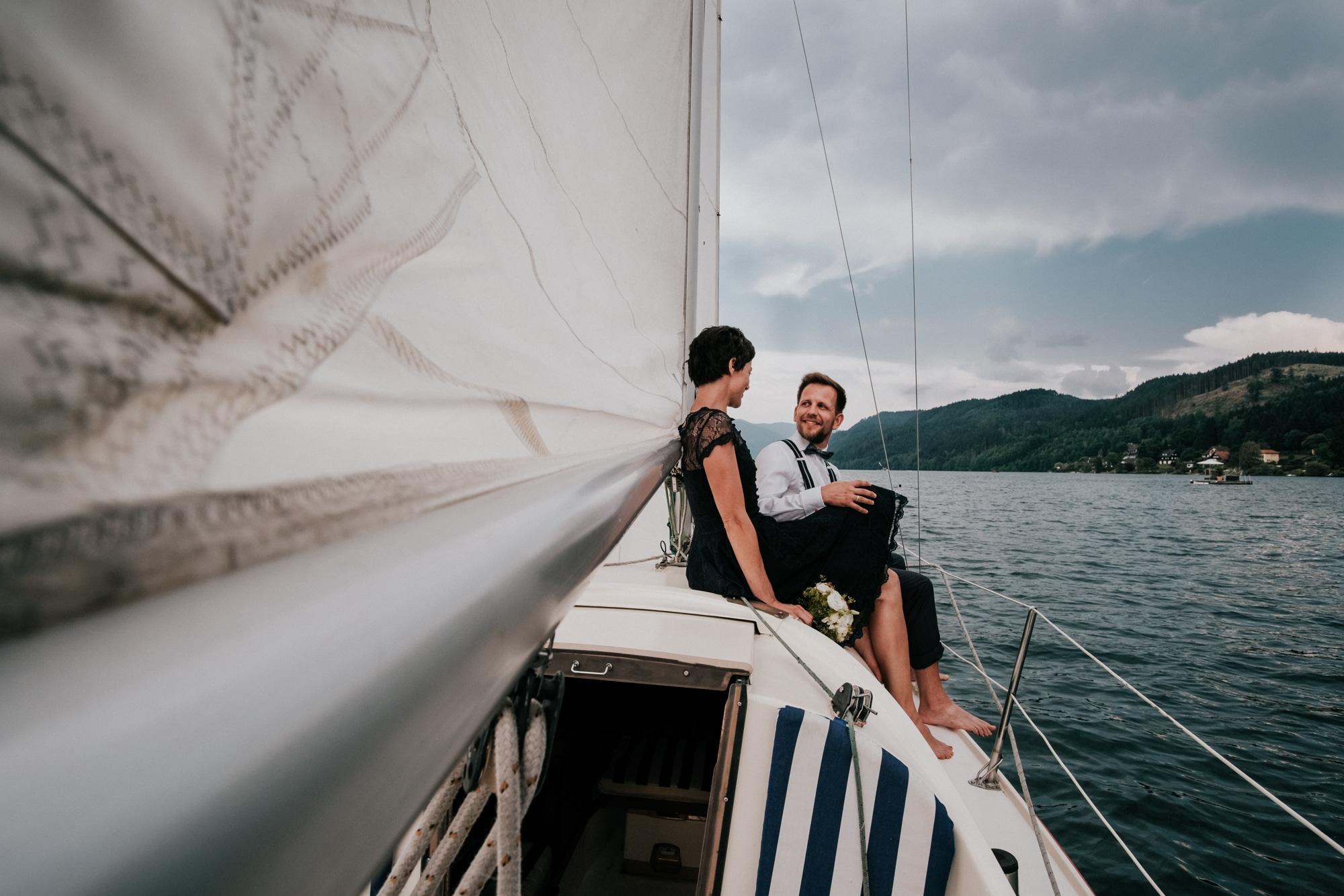 brautpaar-am-segelboot
