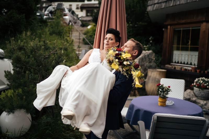 bräutigam trägt braut-natürliche hochzeitsfotos
