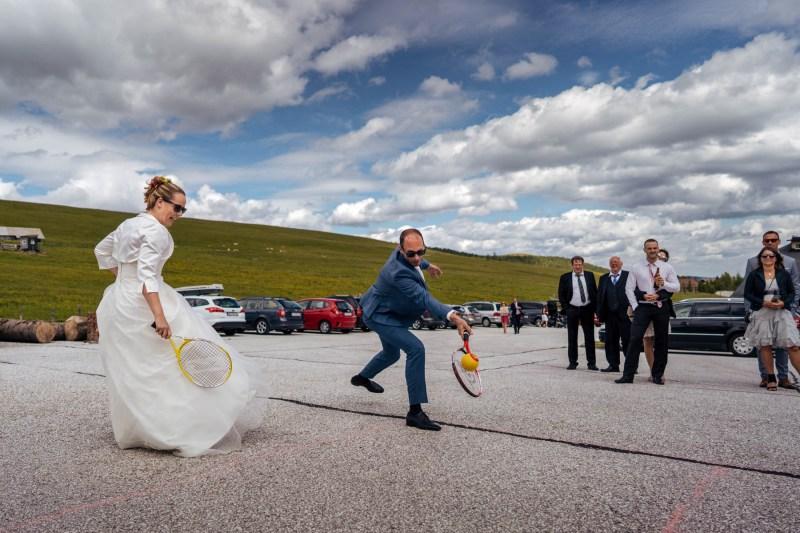 braut und bräutigam-tennis spielen