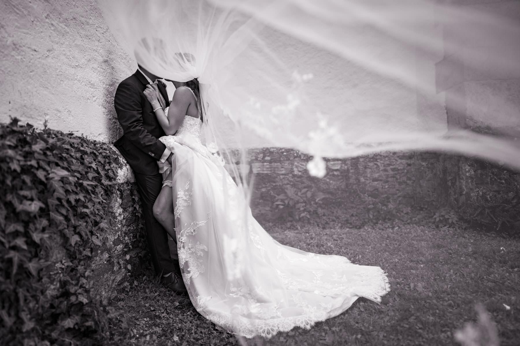 heiraten-in-velden-brautpaar-schwarzweiß
