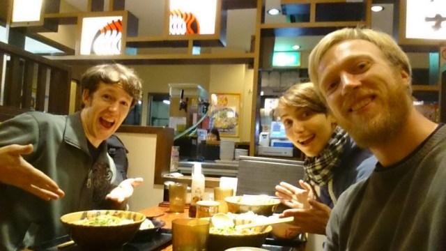 Josh, Sandra und ich beim Essen. Yammi :)