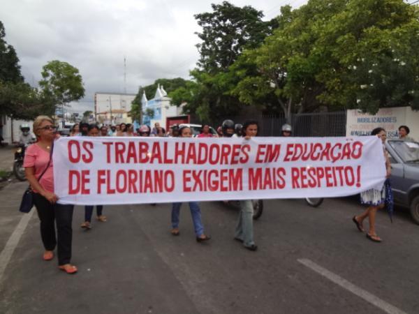Professores realizam manifestação por pagamento de salários.(Imagem:FlorianoNews)