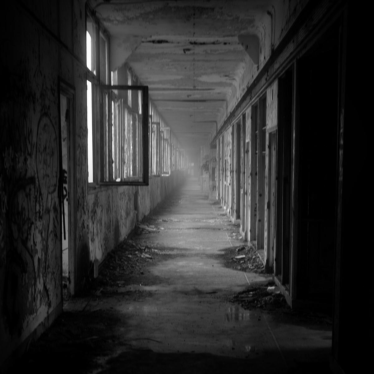 Attention, tout accès à des bâtiments abandonnés est très dangereux et souvent interdit !