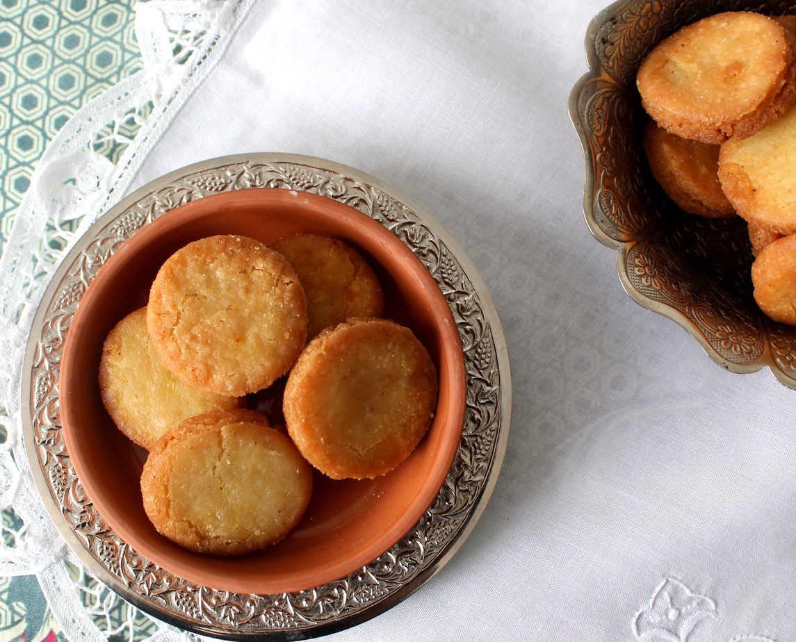 Meethi Tikiyaan - Cardamom & Saffron Fritters