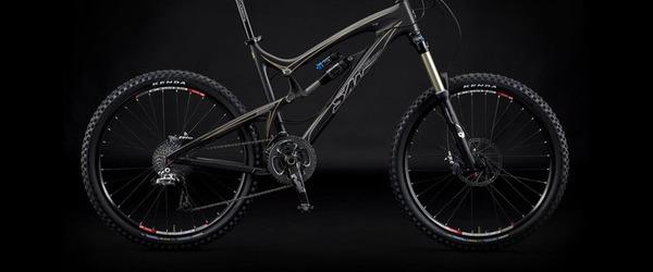 santa cruz bikes: Das Nomad in Carbon im schlichten Schwarz.