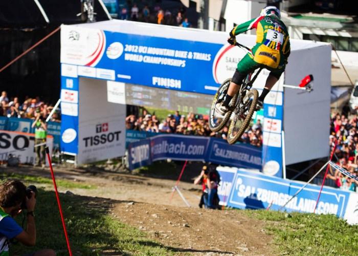 Greg Minnaar fliegt mit einer halben Sekunde Vorsprung über die Ziellinie und holt sich seinen zweiten Weltmeistertitel