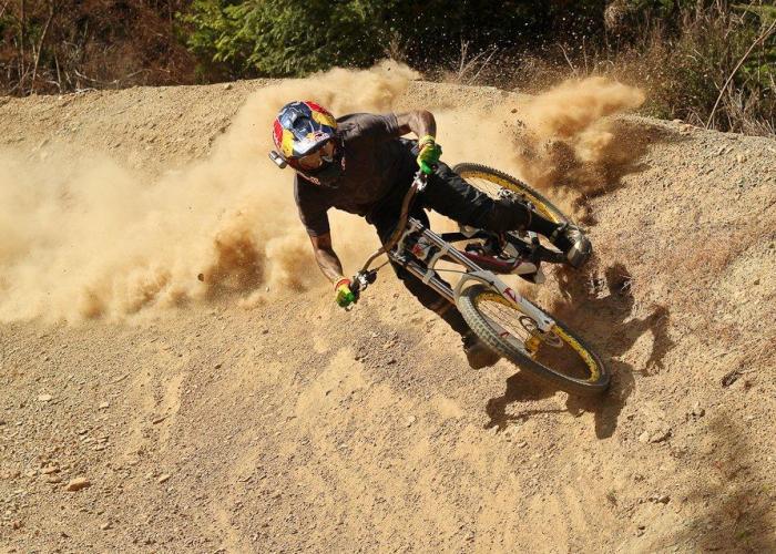 Andreu Lacondeguy Anlieger Berm Staub MTB Freeride Downhill