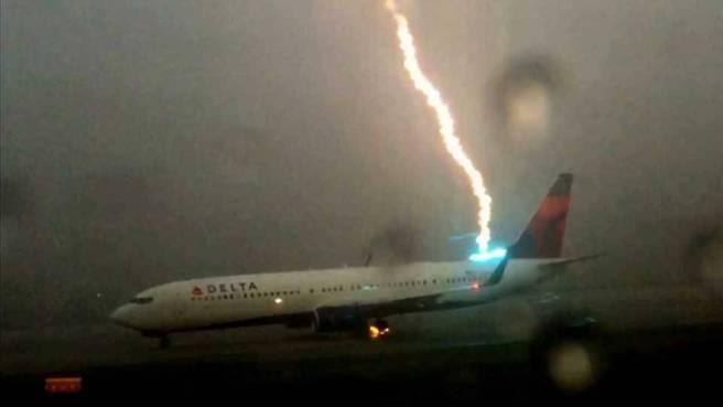 rayo-impacta-avion-1440168062900