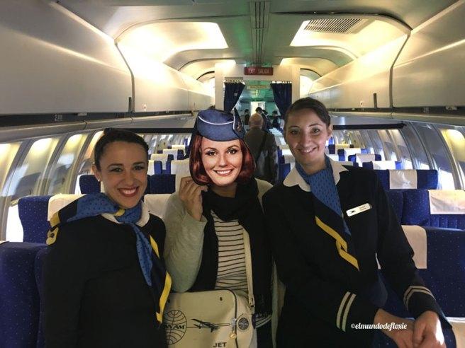 El interior del mockup de un Boeing 737-200 junto con tripulantes de AR