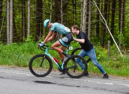 Stage 2: Robin Plamondon gets going after Yohan Patry changed a front wheel flat ©canadiancyclist.com