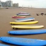 Besoin d'idée pour les prochaines vacances? Un stage de surf pour les enfants!