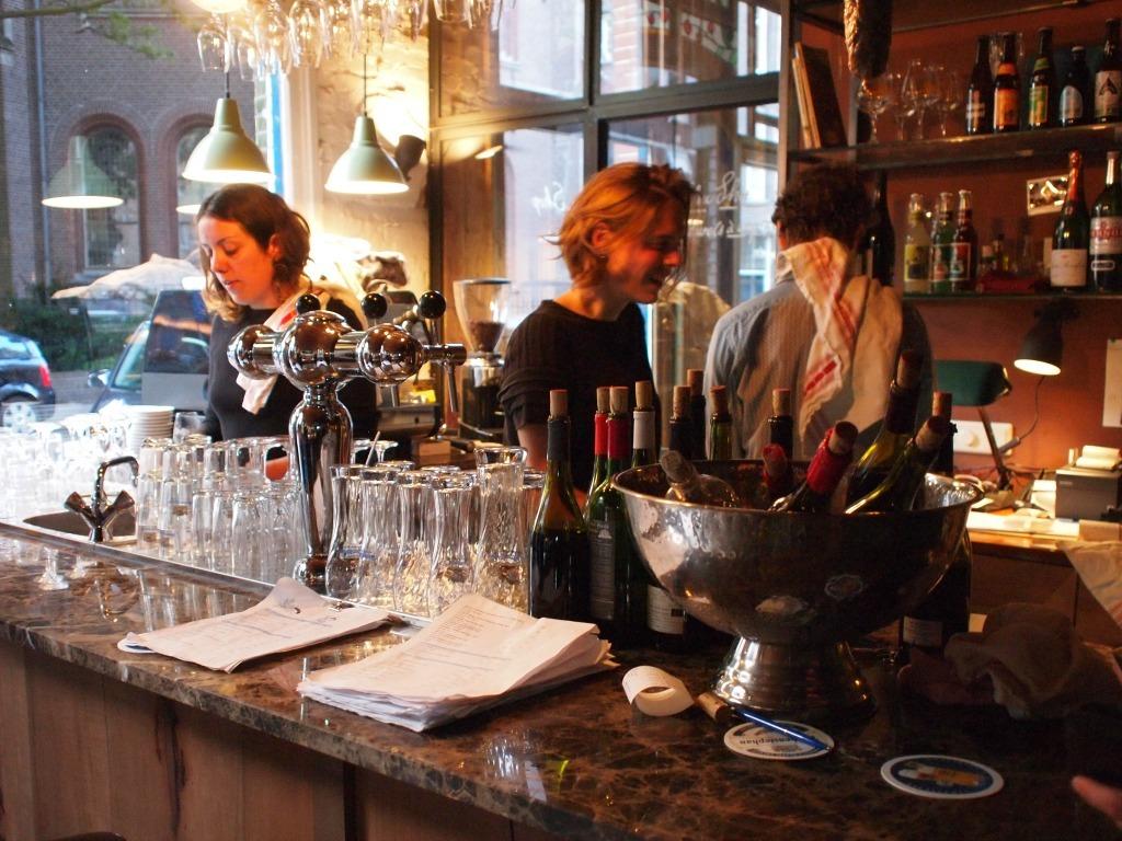 GlouGlou Franse Wijnbar in Amsterdam (de pijp) werken mensen met een enorme passie voor natuurlijk wiijn
