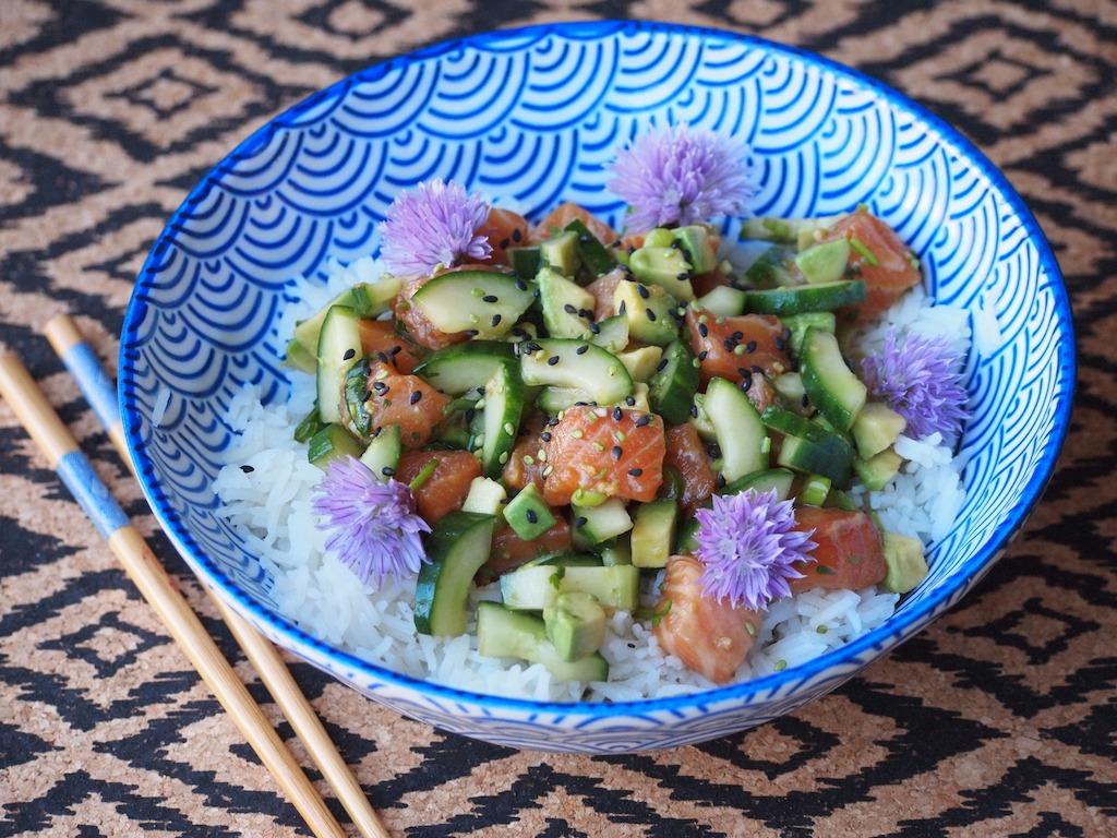 Poke bowl met zalm en avocado