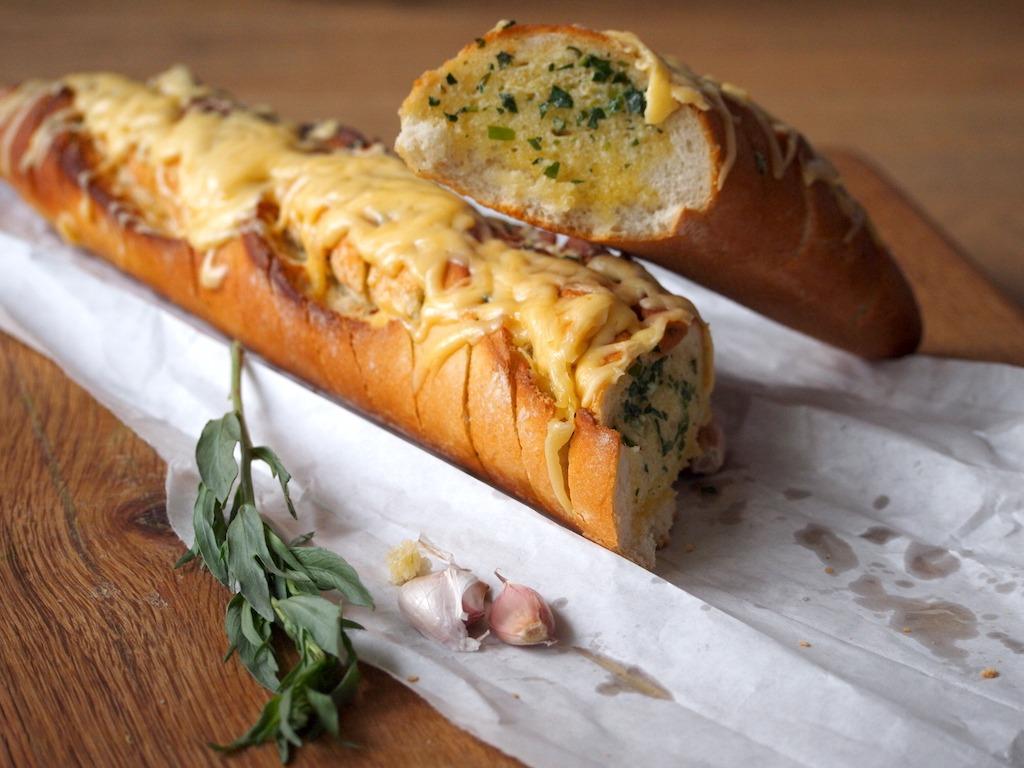 Borrelbrood gevuld met dragon kruidenboter en kaas