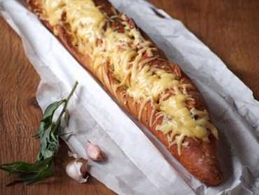 Stokbrood gevuld met dragon kruidenboter en kaas