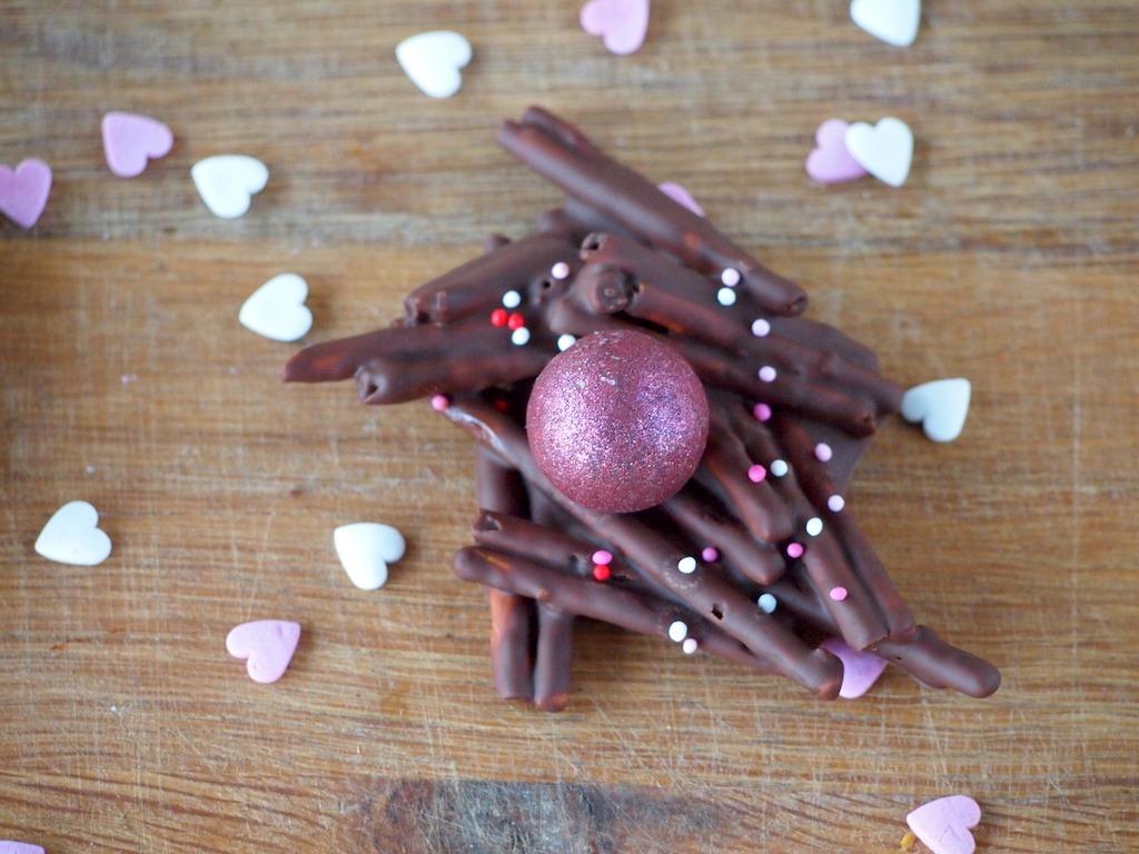 Valentijns Chocolade liefdesnestjes met zoute sticks
