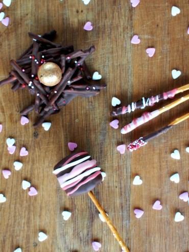 Valentijns traktaties met chocolade en hartjes