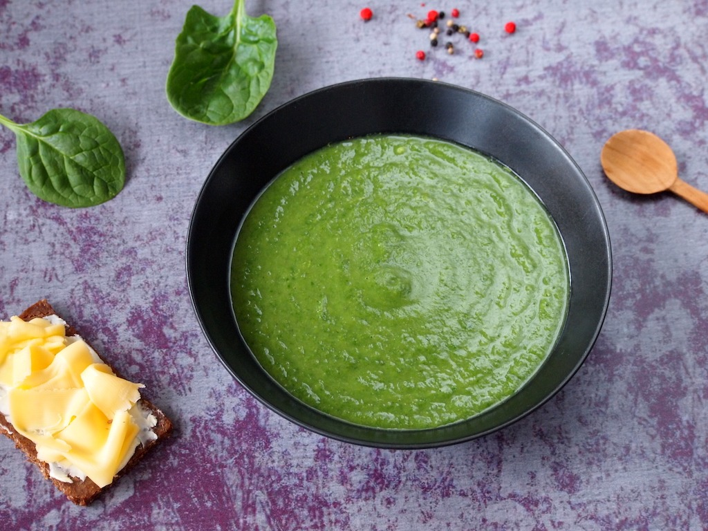 Groene soep met courgette broccoli spinazie