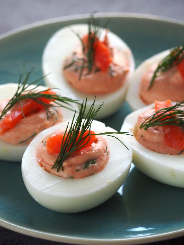 Gevulde eieren met zalm mousse close up