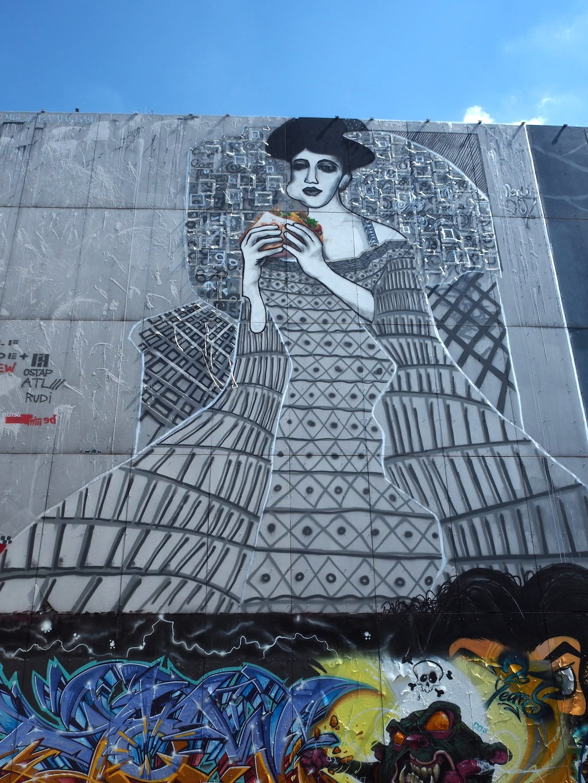 Teufelsberg Berlijn Streetart vrouw met donner