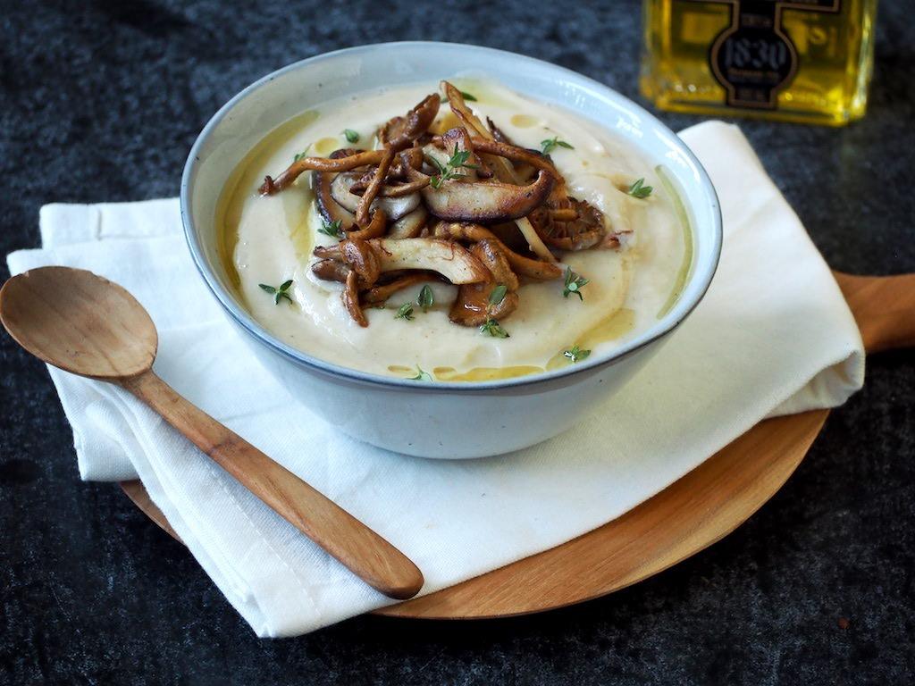 Vegan geroosterde bloemkoolsoep met truffelolie
