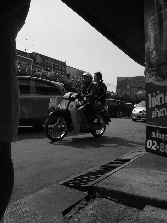 Zwart wit scooter langs de markt chiang mai