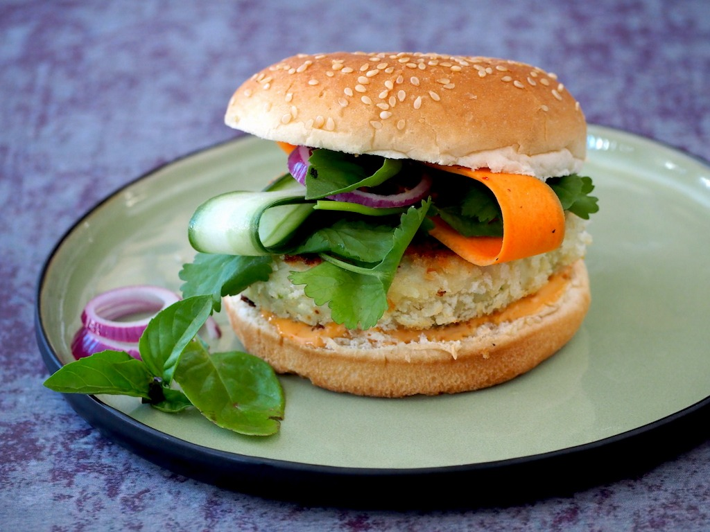 Thaise visburger met knapperige salade