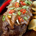 Indonesisch gehaktbrood met pindasaus