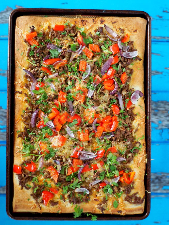 Pizza met rode curry en gehakt