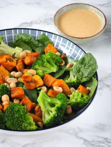 Salade met zoete aardappel en rode curry dressing