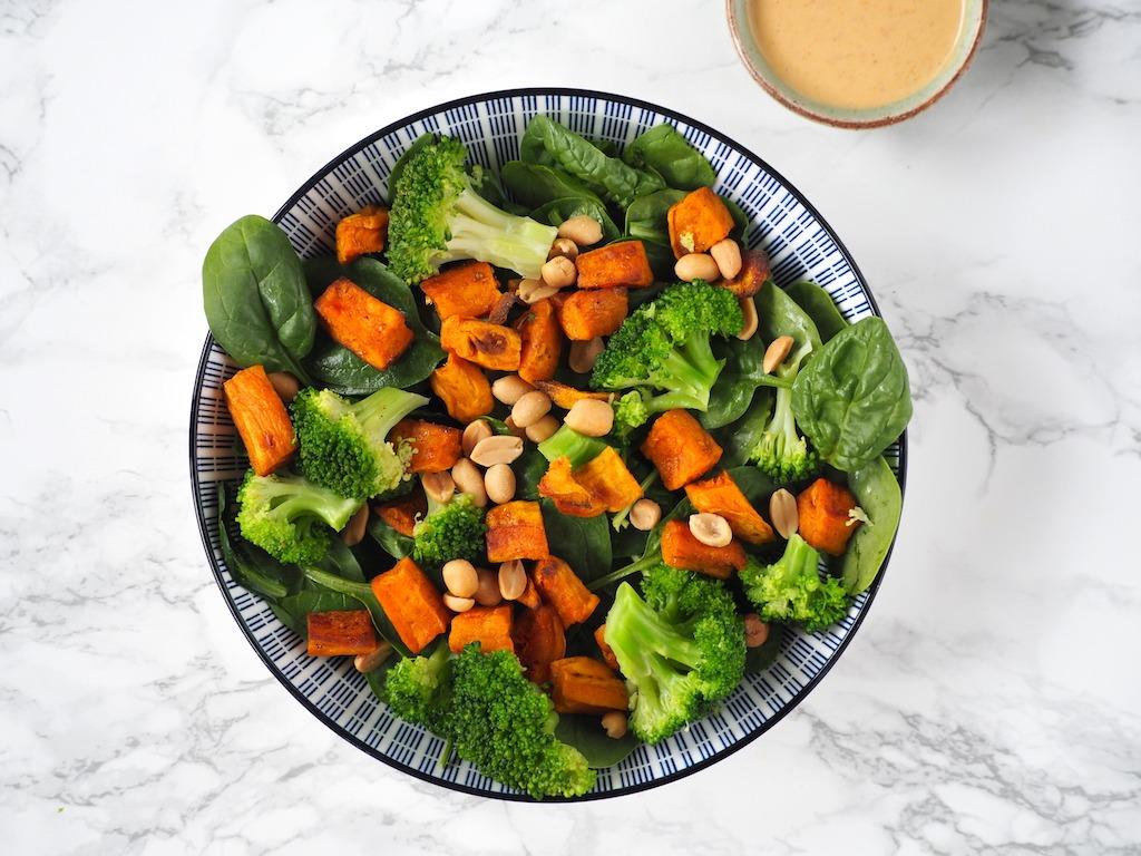 Salade met zoete aardappel en rode curry