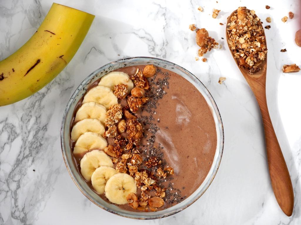 Chocolade smoothie bowl banaan pindakaas
