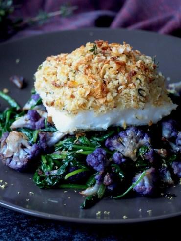 paarse bloemkool met spinazie en vis