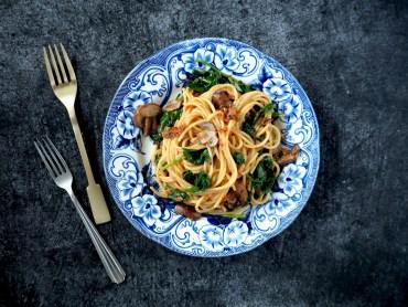 Snelle pasta met tapenade spinazie paddenstoelen