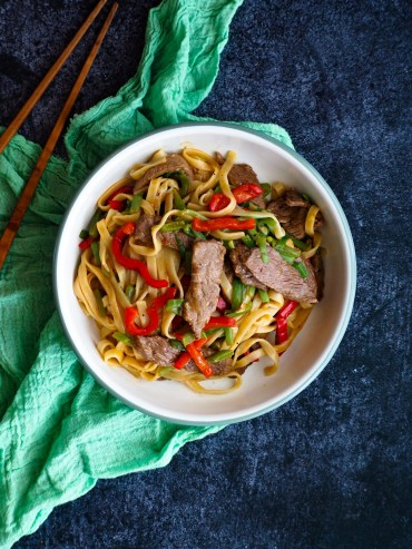 Roerbak noodles met biefstuk oestersaus snijbonen en paprika