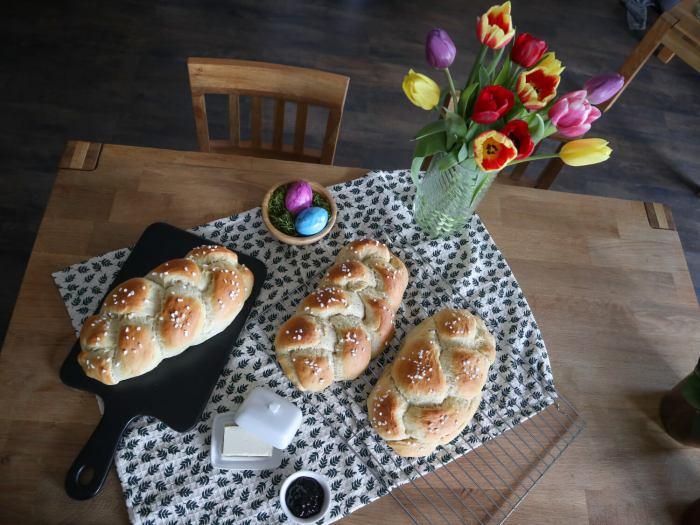 Veganer Hefezopf mit 3 Ei-Alternativen, das Bild zeigt drei leckere Hefezöpfe von oben fotografiert