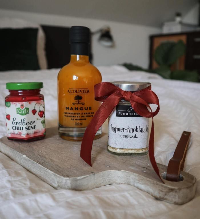 Blogbeitrag: GESCHENKIDEEN zum Muttertag, das Bild zeigt eine Gwürzmischung, einen besonderen Senf, sowie einen besonderen Essig