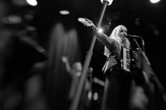 17 Hippies auf der Bühne des Hafensommer Würzburg || Foto: Ulf Cronenberg, Würzburg
