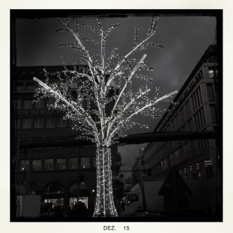 beleuchteter Baum im Advent, Kreuzung Friedrichstraße - Unter den Linden || © Ulf Cronenberg, Würzburg