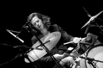 Tommy Baldu, Schlagzeuger von Ringsgwandl– Markgrafentheater Erlangen April 2014 // Foto: © Ulf Cronenberg