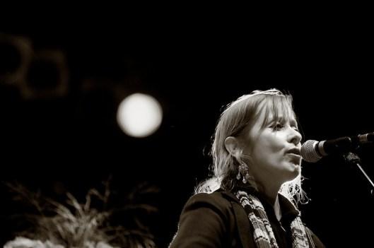 Suzanne Vega auf dem Hafensommer Würzburg 2011 || Foto: © Ulf Cronenberg, Würzburg