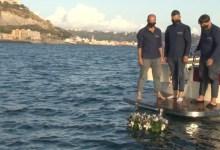 Gennaro Tammaro con i fratelli durante il rilascio dellurna di sabbia nel mare di pozzuoli