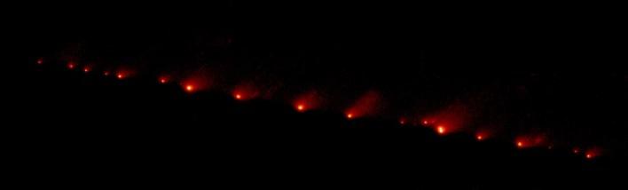 Un'immagine dell'Hubble Space Telescope(HST) NASA della cometaShoemaker-Levy 9, scattata il 17 maggio 1994, con la WFPC2 in modalità di campo ampio. Quando è stata osservata la cometa, la scia di 21 frammenti ghiacciati si estendeva per 1,1 milioni di km (710 mila miglia) di spazio, ovvero 3 volte la distanza tra la Terra e la Luna.L'immagine è stata scattata con luce rossa.La cometa si trovava a circa 660 milioni di km (410 milioni di miglia) dalla Terra quando è stata scattata la foto, in rotta di collisione a metà luglio con il pianeta gigante gassoso Giove. Photo by NASA, ESA, and H. Weaver and E. Smith (STScI).