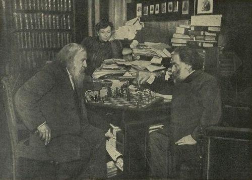 1882 - Mendeleev gioca a scacchi con il pittore Kuindzhi. Sullo sfondo, Anna Ivanova Popova, seconda moglie del chimico. 'Nuevo Mundo', luglio 1910.