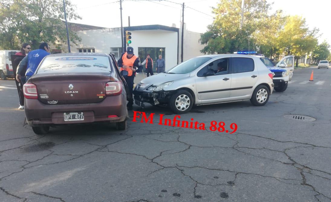 Choque violento entre dos autos  en Paso y San Martín